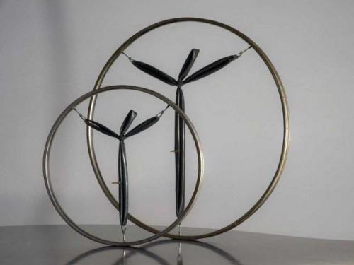 L'increvable - Bronze patiné et métal nickelé. (diamètre 0,5m et 0,75m 1,25m sur la croix)