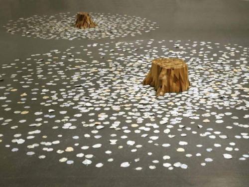 Sur les tilleuls - Souches en bois, feuilles en papier. (7 souches, dimension variable)