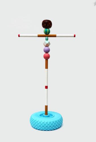 Sculpture 4 - 2020, pneu, bois, peinture et métal, 80 x 25 x 25 cm