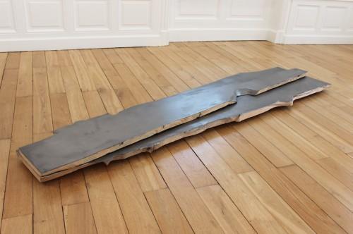 Sans titre (fendue superposée) - 2017, bois, enduit de lissage, graphite, 197 x 50 x 8 cm