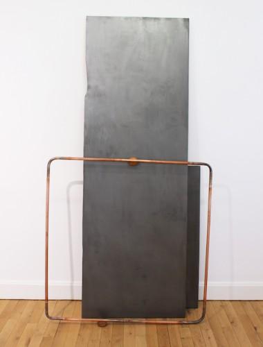 Sans titre (circuit dissonance) - 2017, bois, enduit de lissage, graphite, tuyau de cuivre, citrons, 195 x 103 x 20 cm