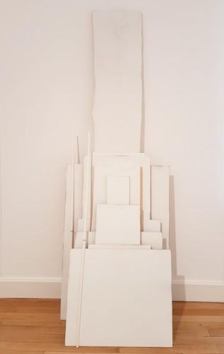 Sans titre (corrélation) - 2017, bois, enduit de lissage, papier, élastiques, 200 x 70 x 40 cm