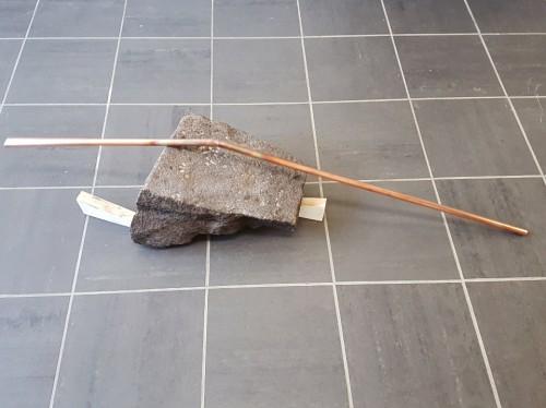Sans titre (contrebalancement) - 2017, pierre de taille, bois, tuyau de cuivre, 41 x 125 x 30 cm